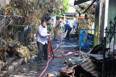 Walikota-Surabaya-Tri-Rismaharini-meninjau-dan-membantu-menarik-selang-PMK-di-Lokasi-kebakaran-aspol-ketintang-Surabaya2